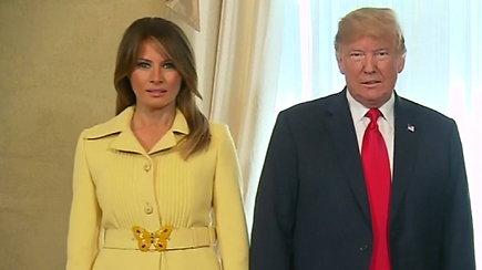 Internetą juokina persigandusios Melanios Trump veidas po pasisveikinimo su V.Putinu