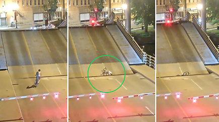 Pakeliamas tiltas dviratininkei vos netapo mirtinais spąstais