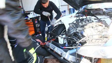 """""""Rotoma Racing"""" komanda tvarko apdaužytą automobilį"""