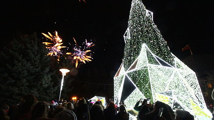 Lietuvoje Kalėdų eglę pirmasis įžiebė Panevėžys – nustebino modernumu