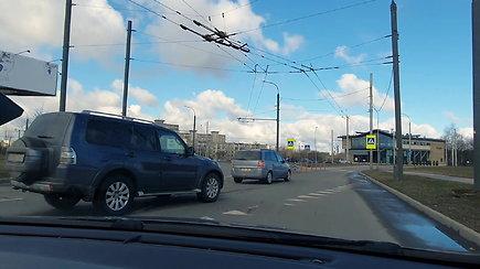 Eksperimentas su vairavimo instruktoriumi: ar vairuotojai laikosi saugaus atstumo?
