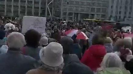 """Pensininkų maršo dalyviai skanduoja """"Streikas"""""""