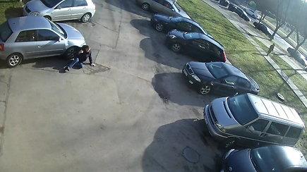 Sostinėje ant automobilio užkrito vyras