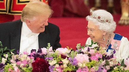 Bakingamo rūmuose iškelta įspūdinga puota: D.Trumpas pažėrė liaupsių karalienei Elizabeth II