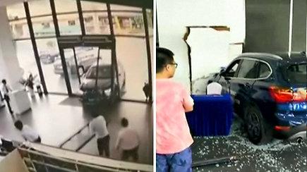 Sumaišiusi pedalus vairuotoja įvažiavo į automobilių parduotuvės saloną