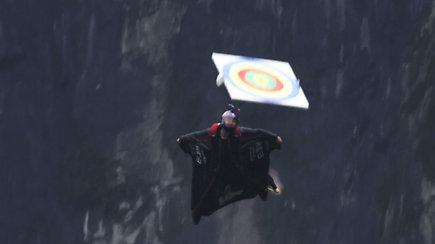 """Savo taiklumą išbandė didžiuliu greičiu su """"Wingsuit"""" kostiumais skriejantys ekstremalai"""