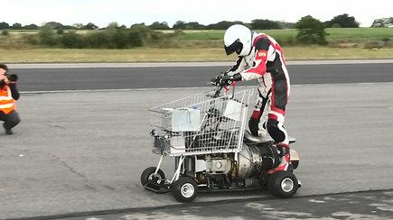 Lenktynėse varžėsi reaktyvinis prekių vežimėlis, unitazas ir daržinė