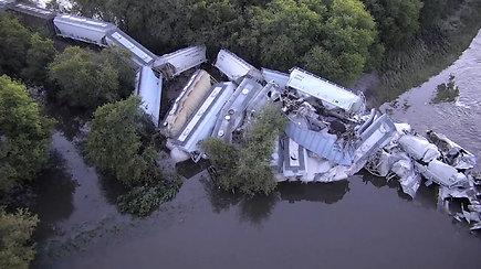 Ajovos valstijoje sugriuvus tiltui į upę nulėkė 20 traukinio vagonų