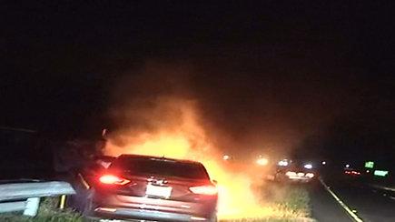 Sekundės iki nelaimės: policija skubėjo traukti degančiame automobilyje įstrigusį vairuotoją