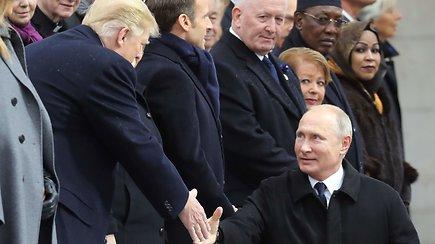 """Šalia D.Trumpo įamžintas """"mažylis"""" V.Putinas prajuokino rusų internautus"""