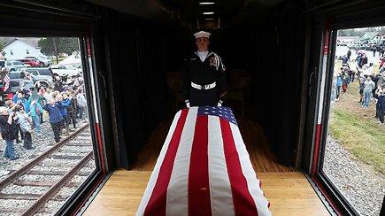 Paskutinioji kelionė: šimtai žmonių akimis palydėjo JAV prezidento G.H.W.Busho karstą vežantį traukinį