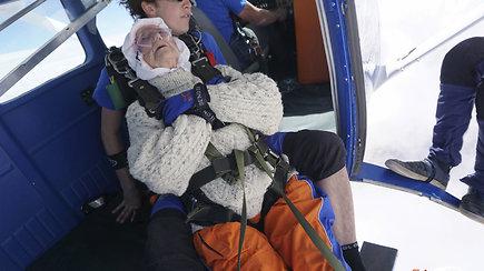 102-ejų metų senjorė pagerino šuolio su parašiutu pasaulio rekordą