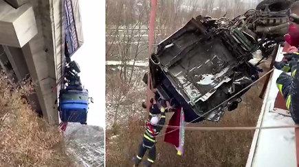 Iš ore pakibusio vilkiko kabinos gelbėtojai skubėjo traukti ten įstrigusį vairuotoją