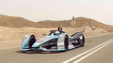Velniškas greitis: Formulės E lenktynininkas varžėsi su greičiausiu pasaulyje gyvūnu