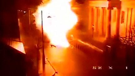 """""""Neatsakinga"""" ataka: paviešinta automobilyje padėtos bombos susprogdinimo akimirka"""