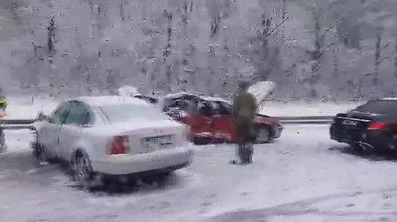 Po sniego atakos Kaune pasipylė avarijos:  A-1 kelyje susidūrė keturios transporto priemonės