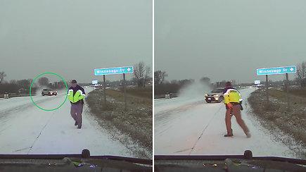 Per plauką nuo nelaimės: pareigūnas vos išvengė į jį slystančio automobilio