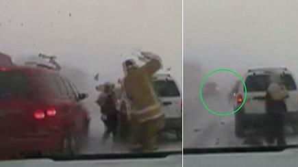 Slidžiame kelyje partrenktas pareigūnas vos išvengė tragedijos