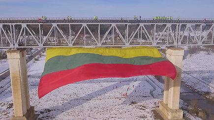 Ant ilgiausio Lietuvoje tilto suplevėsavo rekordinė trispalvė