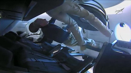 Pavojingiausia misijos dalis: nauja Amerikos astronautų kapsulė pradėjo sugrįžimą į Žemę