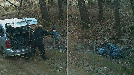 Paukščius stebinčios kameros užfiksavo piktavalį lankytoją – miške vyras atsikratė statybinių atliekų
