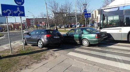 """Autobuso ir """"Mercedes"""" avarija sostinėje sukėlė kamščius prie Edukologijos žiedo"""