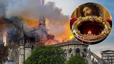Paryžiaus didvyriu tapo kunigas, iš liepsnojančios katedros išgelbėjęs svarbiausią reliktą – turtai bus saugomi Luvre