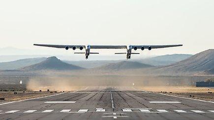 Neeilinis reginys: didžiausias pasaulyje lėktuvas atliko pirmąjį skrydį