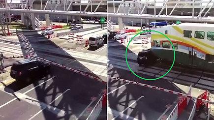 Policija paviešino krūptelėti priversiantį vaizdą: perspėjimų nepaisiusį vairuotoją kliudė traukinys