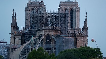 Liepsnos suvaldytos: iš Paryžiaus katedros liko tik akmeninis kevalas