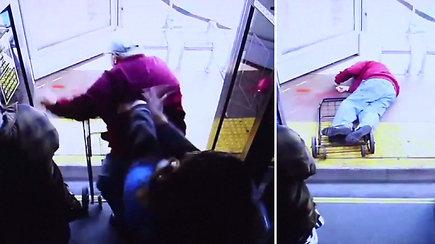 Tragiškos nežmoniško moters poelgio pasekmės: iš autobuso išstumtas 74 m. vyras mirė