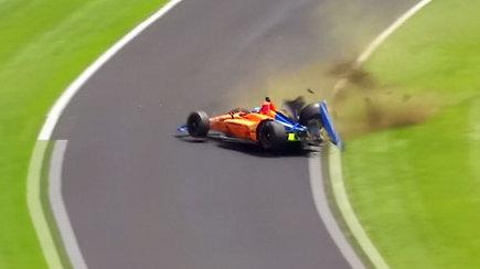 Galingas F.Alonso skrydis į sieną privertė sunerimti –  be įbrėžimo likęs lenktynininkas pripažino klaidą