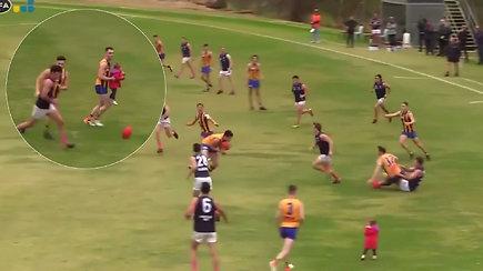 Netikėta ir pavojinga rungtynių akimirka: žaidėjas išgelbėjo į aikštę išbėgusią dvimetę