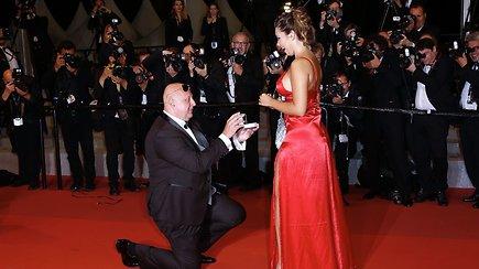 Netikėtumas ant Kanų raudonojo kilimo: paslaptingo svečio sužadėtuvės nukreipė dėmesį nuo žvaigždžių
