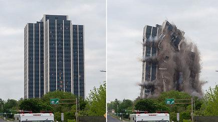 Įspūdinga: susprogdintas tuščias dangoraižis vos per akimirką pavirto į dulkes