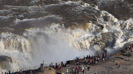 Smarkiai pakilus vandeniui turistus užburia didžiausias pasaulyje geltonasis krioklys