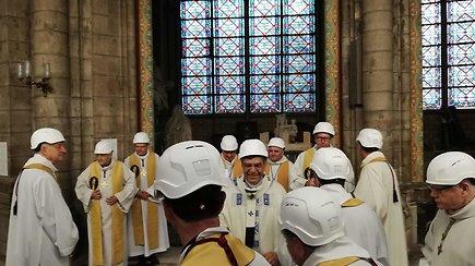 Paryžiaus Dievo Motinos katedroje aukotos pirmosios po gaisro mišios – kunigai dėvėjo neįprastą aksesuarą