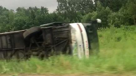 Vilniaus rajone nuo kelio nuvažiavo ir ant šono apvirto autobusas: keturi žmonės sužeisti