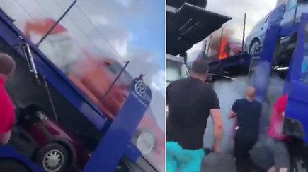 Prisižaidė: automobilvežio vairuotojas tarsi tyčia padega gabenamas mašinas