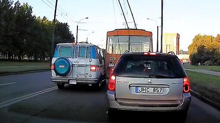 Kaune mikroautobusas apmaudžiai rėžėsi į troleibusą