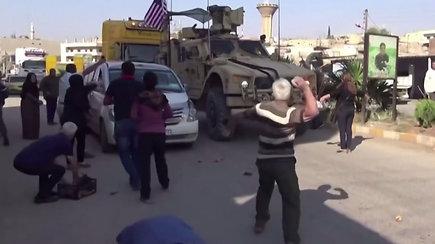 Nufilmuota, kaip supykę Kamišlio civiliai bulvėmis apmėtė išvažiuojančius JAV šarvuočius