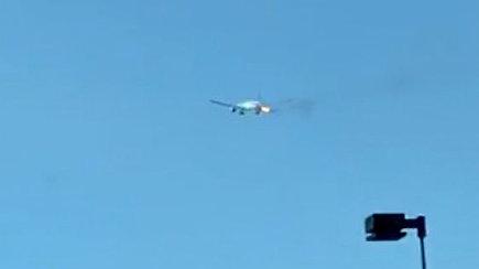 Skrydis virto košmaru: vos pakilus lėktuvui keleivius išgąsdino iš variklio besiveržiantys ugnies kamuoliai