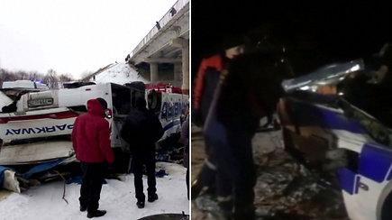 Sibire autobusas nulėkė nuo tilto ant užšalusios upės: paviešinti vaizdai iš nelaimės vietos