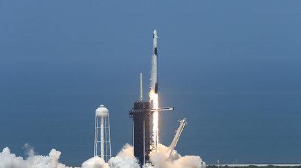 """Pamatykite istorinę misiją: JAV astronautai erdvėlaiviu """"SpaceX"""" sėkmingai išskrido į kosmosą"""