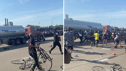 Liudininkė nufilmavo šiurpų incidentą: sunkvežimis įsirėžė į protestuotojų minią