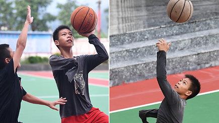 Vienarankis berniukas tapo interneto sensacija: jo triukai sužavėjo ir NBA superžvaigždę