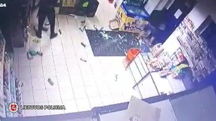 Ištroškę jaunuoliai išdaužė parduotuvės duris: žaibiškai griebė alaus dėžes ir spruko
