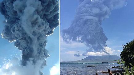 Įspūdingas, bet labai pavojingas vaizdas: prabudęs ugnikalnis pasėjo paniką – dūmų ir pelenų stulpas siekė 4 km aukštį