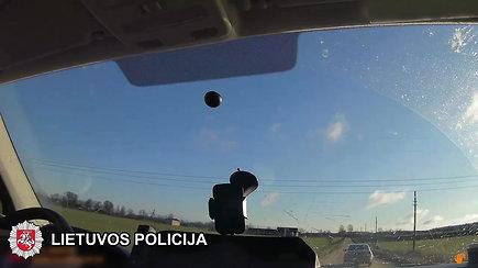 Policija persekiojo neblaivų vairuotoją – vyras nesuvaldė transporto priemonės ir trenkėsi į pareigūnų automobilį