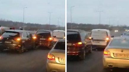 Kelyje nuo Kauno link Karmėlavos vertėsi automobilis: šimtai vairuotojų lavina kantrybę spūstyje